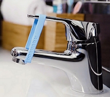 pulcini che prendono enormi rubinetti